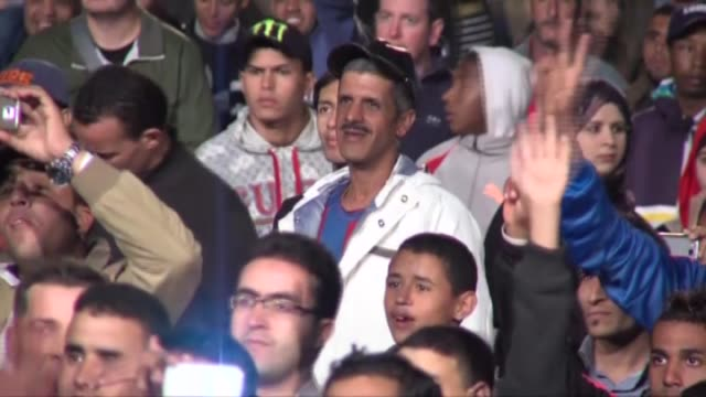 vídeos de stock, filmes e b-roll de actor jeremy irons attends the special screening of 'die hard with a vengeance' in jemaa elfnaa square in central marrakesh during the 14th marrakesh... - entertainment occupation
