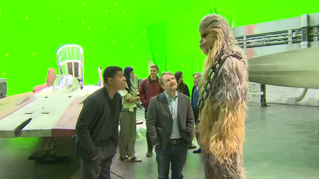 vídeos de stock, filmes e b-roll de actor john boyega chatting to chewbacca and mark hamill at pinewood studios ahead of royal visit includes shots of awing fighter - série de filmes star wars
