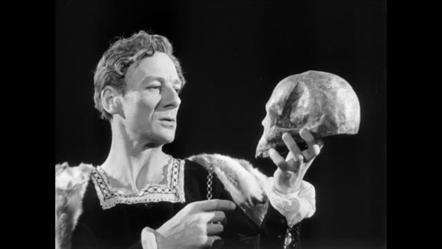 vídeos de stock, filmes e b-roll de ts actor john gielgud performing a monologue from shakespeare's hamlet / united kingdom - ator