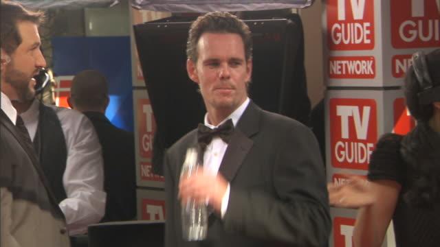 vídeos de stock e filmes b-roll de hd actor kevin dillon standing on red carpet outside nokia theatre talking to joey fatone - joey fatone
