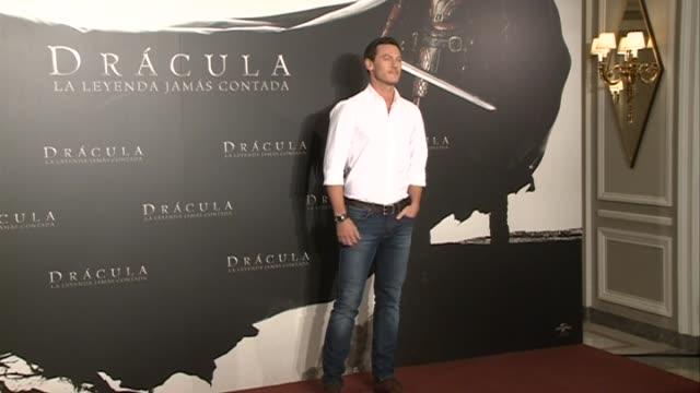 stockvideo's en b-roll-footage met actor luke evans attends the 'dracula untold' photocall at villamagna hotel - graaf dracula