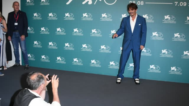 actor mark rylance take a photograph of actor johnny depp during waiting for the barbarians photocall during the 76th venice film festival on... - 76th venice film festival 2019点の映像素材/bロール