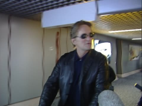actor michael douglas arrives at heathrow from and talks about plans for his impending wedding to catherine zeta jones who was arriving on flight... - キャサリン・ゼタ・ジョーンズ点の映像素材/bロール
