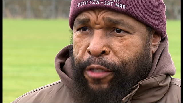 vidéos et rushes de actor mr t arrives in london for his 'snickers get some nuts' tour of the uk vox pops saracen rugby squad mr t speaking to members of saracens rugby... - vox populi