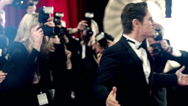 vídeos y material grabado en eventos de stock de actor en la alfombra roja - estreno