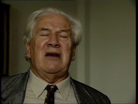 actor sir peter ustinov dies; lib england: london: int sir peter ustinov interview sot - we were waiting to be congratulated on best use of smoke... - peter ustinov点の映像素材/bロール