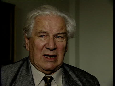 actor sir peter ustinov dies; lib england: london: int sir peter ustinov interview sot - i never went through the ranks i stayed there unable to move... - peter ustinov点の映像素材/bロール