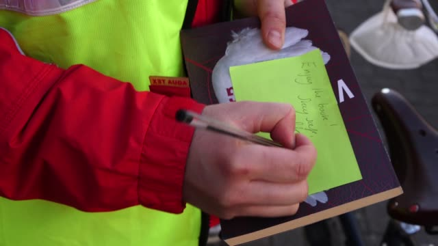 vídeos de stock e filmes b-roll de actor stella von koskull is using her daily exercise allowance in an unconventional way she is delivering books around her southwest london... - southwest usa