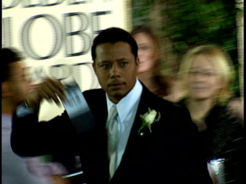 actor terrence howard walking quickly through crowded red carpet at beverly hilton hotel, running over toward camera for interview. - terrence howard stock videos & royalty-free footage
