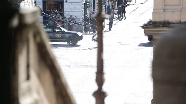 vídeos de stock e filmes b-roll de actor tom cruise and actress hayley atwell are seen during the mission impossible 7 filming on october 17, 2020 in rome, italy. - tom cruise