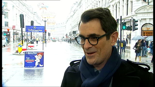 vídeos y material grabado en eventos de stock de actor ty burrell to switch on regent street christmas lights ty burrell interview sot apparently i'm going to hit a very large button and start... - ty burrell
