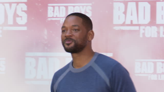 actor will smith poses at the 'bad boys for life' launching photocall in madrid on january 8, 2020. - 俳優 ウィル・スミス点の映像素材/bロール