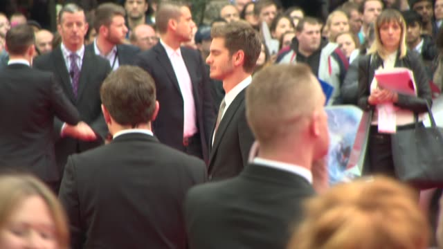 actors andrew garfield, emma stone and jamie foxx appear on the red carpet at the amazing spider-man 2 uk film premiere on april 10, 2014 in london,... - première stock videos & royalty-free footage