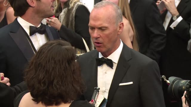 stockvideo's en b-roll-footage met actors directors and other celebrities attempted to avoid rain as they arrived on the red carpet ahead of the 87th annual academy awards - vermijden
