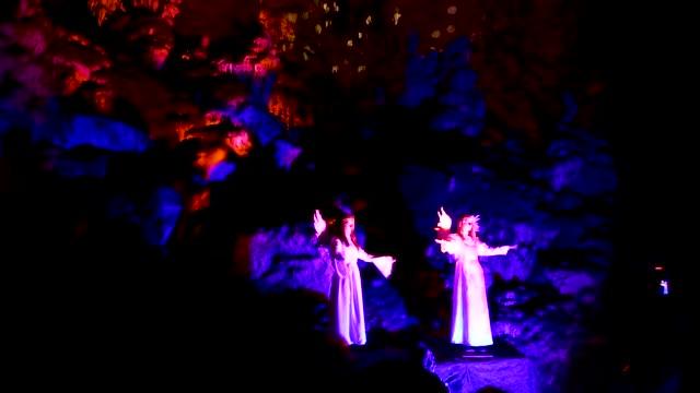 actors dressed as an angel and musician perform live biblical scene in postojna cave on december 25 2018 in postojna slovenia the annual nativity... - avvenimento biblico video stock e b–roll
