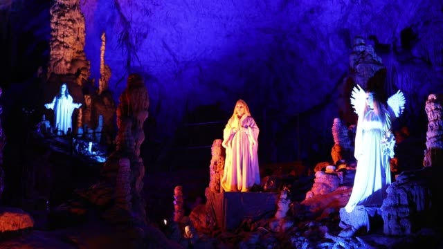 actors dressed as an angel and musician perform live biblical scene in postojna cave on december 25 2018 in postojna slovenia the annual nativity... - angel stock-videos und b-roll-filmmaterial