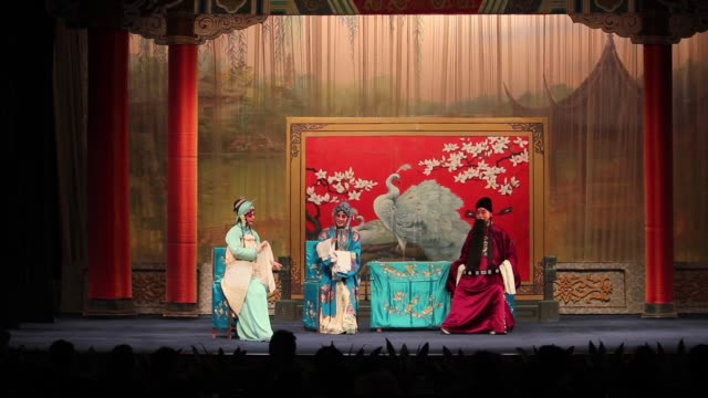 vidéos et rushes de actors perform a traditional chinese qinqiang opera. - actrice
