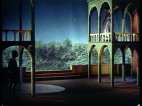 stockvideo's en b-roll-footage met 1953 ws ms actors performing romeo and juliet at shakespearean theatre / london, uk / audio - actrice