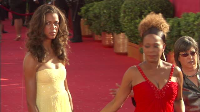 actress alfre woodard & daughter mavis spencer walking on red carpet outside nokia theatre, posing for press. - アルフレ・ウッダード点の映像素材/bロール
