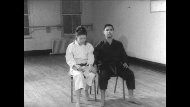 vidéos et rushes de actress bonnie shone with her karate instructor / both seated when instructor puts hand on shone's thigh / shone gets up and demonstrates attack /... - karaté