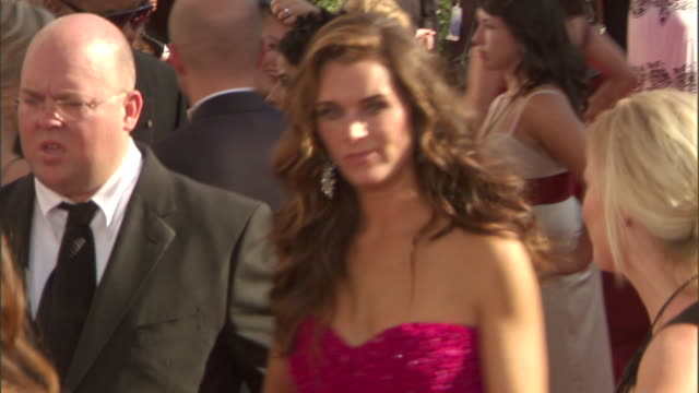 actress brooke shields walking through crowded red carpet outside nokia theatre to talk to press. - ブルック シールズ点の映像素材/bロール