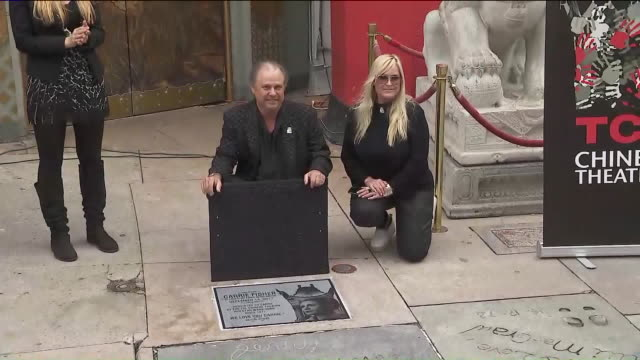 ktla actress carrie fisher never got her hand and footprints on the famous chinese theater forecourt in hollywood but she will now be memorialized... - tcl chinese theater stock-videos und b-roll-filmmaterial