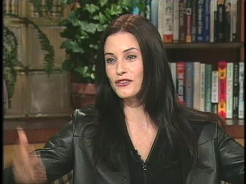 "actress courteney cox arquette discusses her new movie ""scream 3"". - scream named work stock-videos und b-roll-filmmaterial"