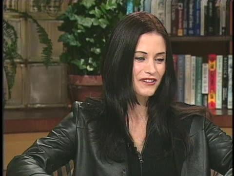 """vídeos y material grabado en eventos de stock de actress courteney cox arquette discusses her new movie """"scream 3"""". - scream named work"""