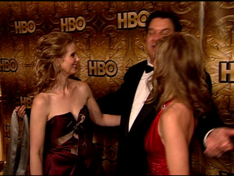 vidéos et rushes de actress cynthia nixon , jeff garlin & cheryl hines standing together on carpet in beverly hilton hotel posing together for photographs for press. - the beverly hilton hotel