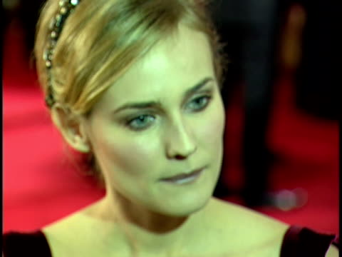 actress diane kruger standing on crowded red carpet at beverly hilton hotel talking to press. - beverly hilton hotel bildbanksvideor och videomaterial från bakom kulisserna