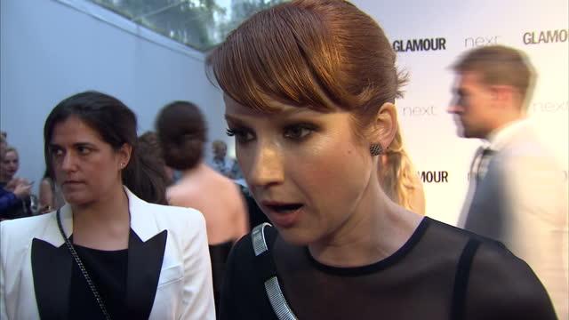 vídeos de stock, filmes e b-roll de actress ellie kemper speaks about unbreakable kimmy schmidt the glamour awards took place on june 02 2015 in london england - ellie kemper