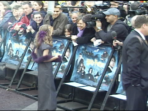 vídeos de stock e filmes b-roll de day * handheld vs actress emma watson standing on walkway talking to press behind barricades at leicester square - 2001