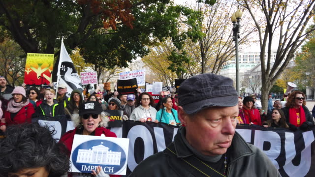 """actress jane fonda leads hundreds of people in a march from the u.s. capitol to the white house as part of her """"fire drill fridays"""" rally protesting... - ジェーン・フォンダ点の映像素材/bロール"""