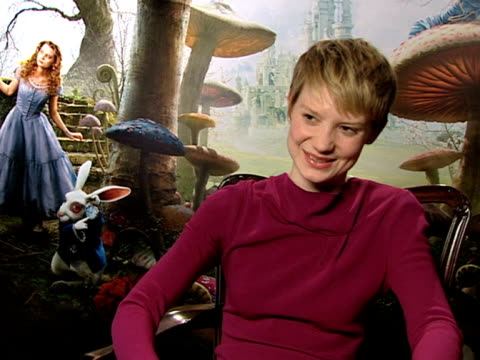 vidéos et rushes de actress mia wasikowska who plays alice on how to pronounce her last name at the alice in wonderland interviews at london england - en dernier