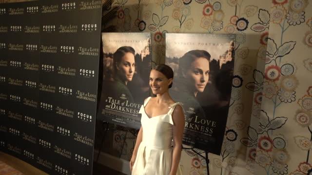 vídeos y material grabado en eventos de stock de actress natalie portman attends the a tale of love darkness new york premiere at crosby street hotel on august 15 2016 in new york city - natalie portman