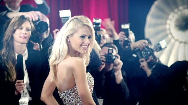 vídeos de stock, filmes e b-roll de atriz no tapete vermelho - celebridade