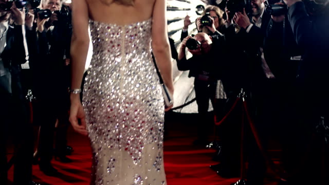 stockvideo's en b-roll-footage met actress on red carpet - elegantie