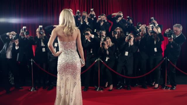 vidéos et rushes de actrice sur tapis rouge - photographe