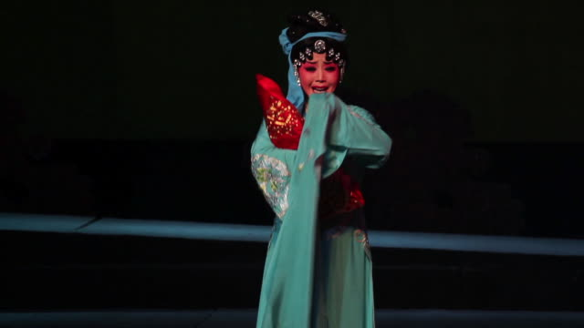 vídeos de stock, filmes e b-roll de ms ts actress performing qinqiang opera in theater, qinqiang is representative folk opera of northwest china audio / xi'an, shaanxi, china - pintor artista