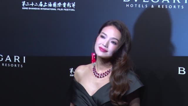 actress shu qi attends banquet of 'the greatest minds presented by bulgari' during the 22nd shanghai international film festival on june 18, 2019 in... - 黒のドレス点の映像素材/bロール