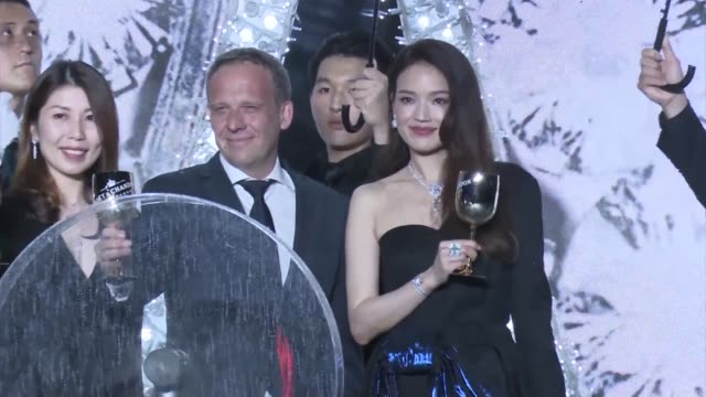 vidéos et rushes de actress shu qi slips in the rain during a bvlgari store opening ceremony at hang lung plaza on june 18, 2019 in shanghai, china. - actrice