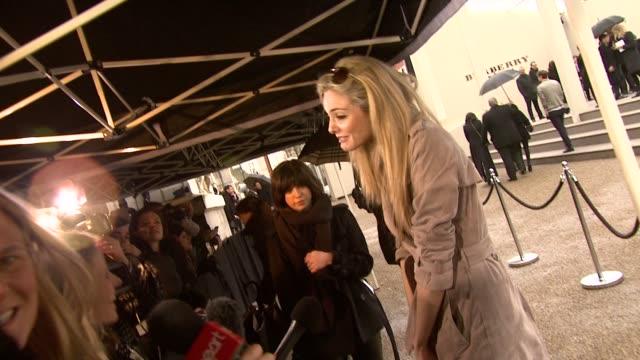 vidéos et rushes de actress tamsin egerton at the burberry prorsum london fashion week a/w 2010 red carper arrivals at london england - burberry prorsum