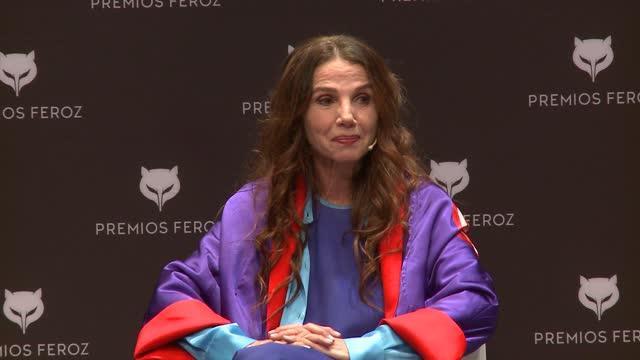 vídeos y material grabado en eventos de stock de actress victoria abril attends a press conference for her honorary feroz award 2021 at cetro de arte de alcobendas. - conferencia de prensa