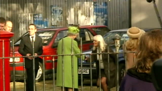vidéos et rushes de actress wendy richard dies aged 65 lib ext queen along on set of eastenders with prince philip as introduced to wendy richard and barbara windsor in... - eastenders
