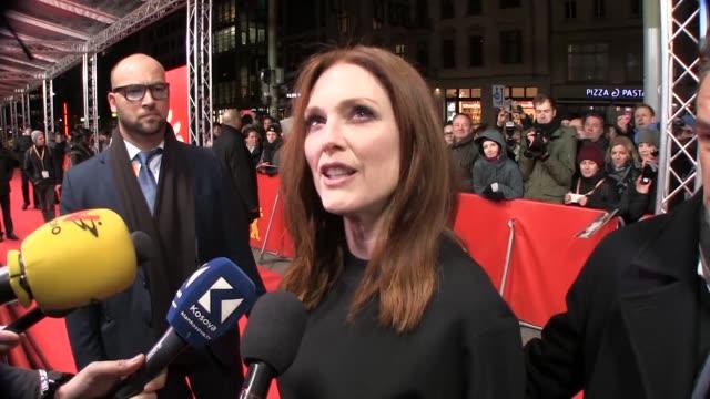 stockvideo's en b-roll-footage met us actresses julianne moore and greta gerwig discussed the film maggies plan on the berlinales red carpet - internationaal filmfestival van berlijn 2016
