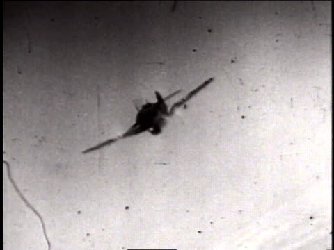 vidéos et rushes de montage actual combat footage of wwii dogfighting / germany - bombardier avion militaire