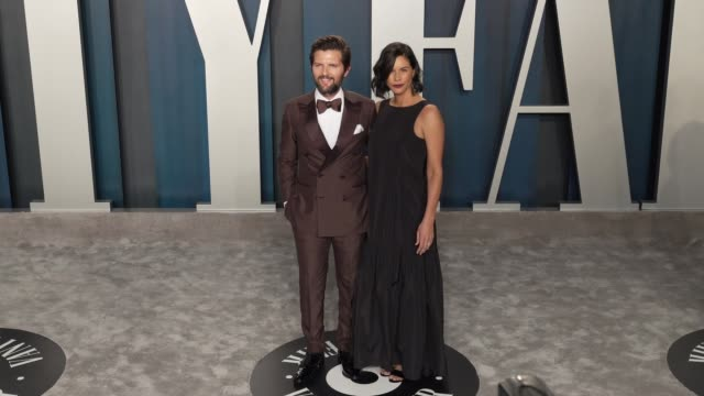 adam scott and naomi scott at vanity fair oscar party at wallis annenberg center for the performing arts on february 09, 2020 in beverly hills,... - oscar party点の映像素材/bロール
