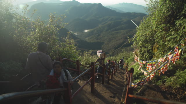 stockvideo's en b-roll-footage met adam's peak sri pada stairs. sri lanka. pilgrims - bedevaart