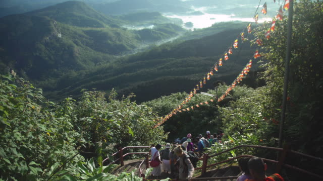 stockvideo's en b-roll-footage met adam's peak sri pada stairs. sri lanka. pilgrims - sri lankaanse cultuur