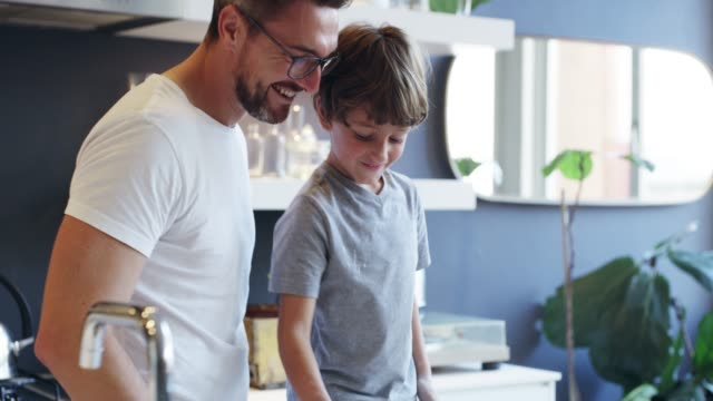 vidéos et rushes de ajoutez un soupçon de plaisir - père